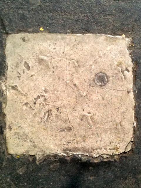 Pegote cuadrado de cemento blanco en el suelo flickr for Cemento inyectado suelo