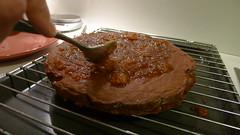 Mazanje površine torte sa marmeladom