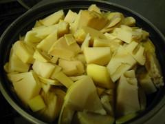 鍋にたけのこ、合わせ調味料と昆布を入れ、火にかけます