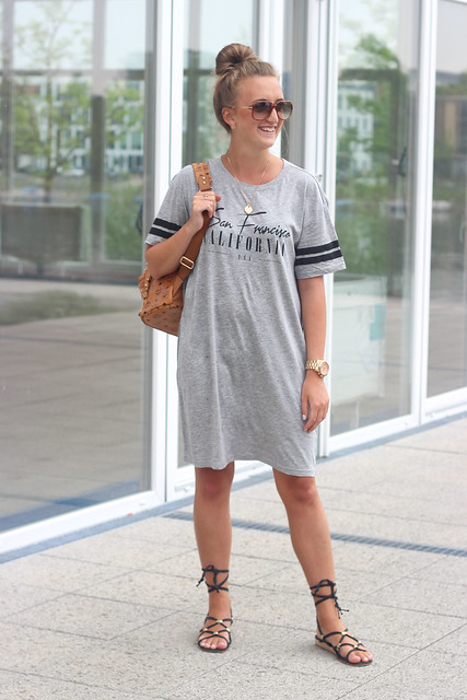 t-shirt-dress-and-lace-up-sandals-wmbg-titelbild