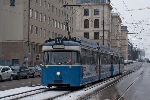 Wagen 2028 rollt am Morgen der Haltestelle Hopfenstraße entgegen