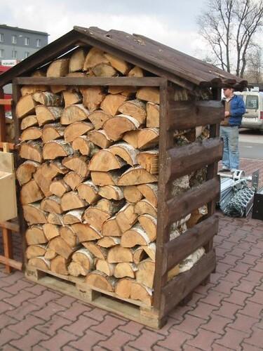 prosta drewutnia na drewno