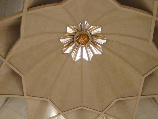 Interior de la Casa de adoración Bahá'í, Templo del Loto de Delhi, India.