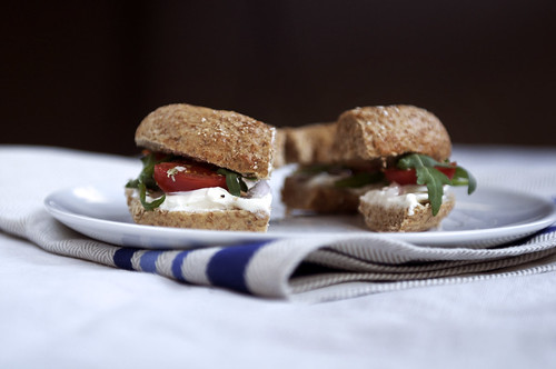 bagel with cream cheese, grilled tomatoes and rucola