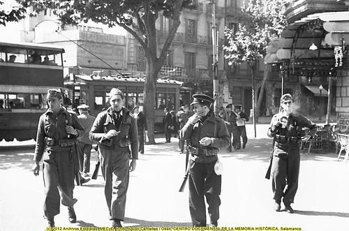 Barcelona, «fets de maig de 1937», despliegue de las tropas en la Ronda de San Pedro. by Octavi Centelles