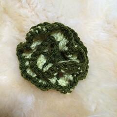毛糸のたわし、2つ目。毛糸の関係で色が地味目ですが、コサージュのような形。花びら効果で汚れも落ちやすいようです。