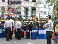 國民黨面對反核民眾擺出拒馬加警盾。洪郁婷攝影。