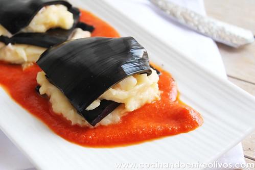 Lasaña negra de gambones y patata sobre salmorejo de piquillos www.cocinandoentreolivos (5)