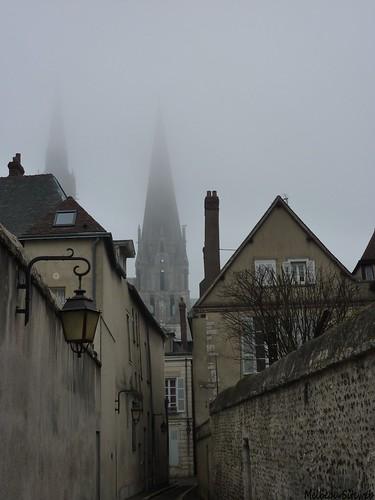 Chartres cathéfrale en brume matinale