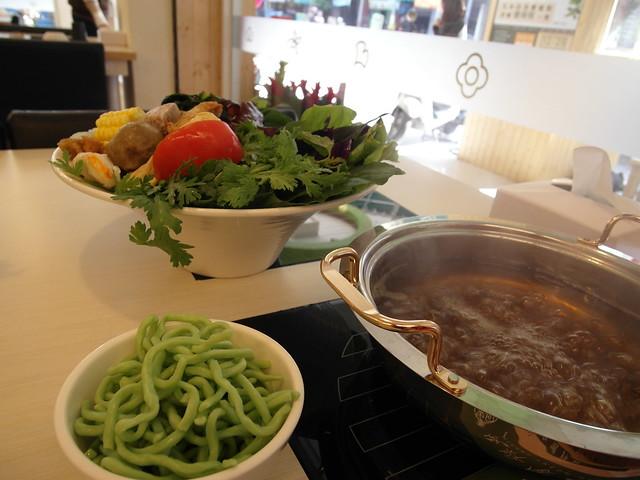 湯底、藥草麵、菜盤