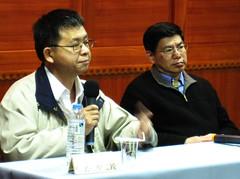 吳焜裕(左)、詹長權(右)精采對談。台北律師公會提供。