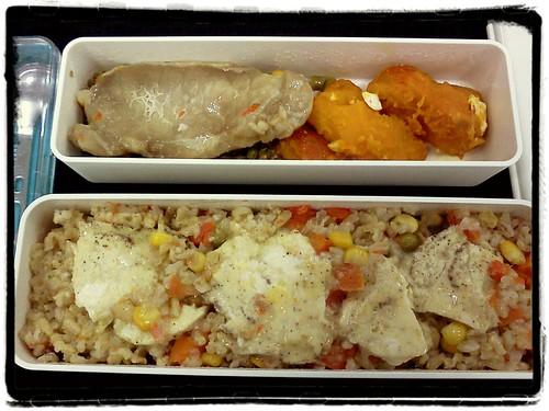 午餐 ::: 媽媽做的炒酸豆肉末&蒸南瓜盅殘骸+媽媽醃的里肌肉片+微波蒸蛋+蔬菜炊飯 by 南南風_e l a i n e