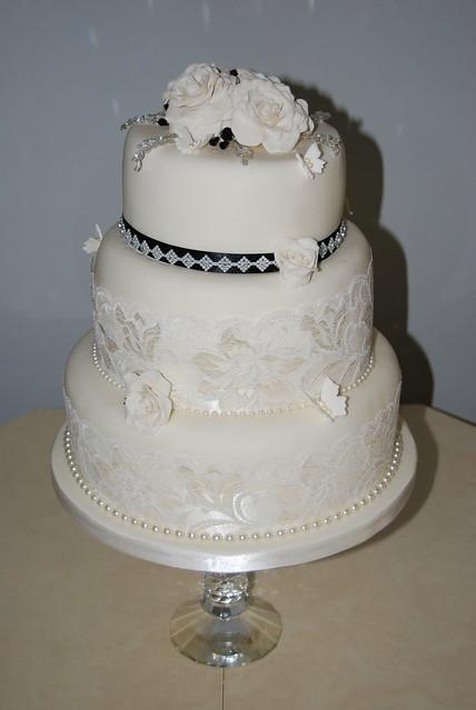 VINTAGE STYLE IVORY AND BLACK WEDDING CAKE CAKE DESIGN ROSAMUND
