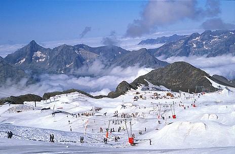 Spring skiing on Les Deux Alpes' glacier