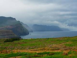 Wetter zieht auf über der Nordküste Madeiras bei Machico und Canical