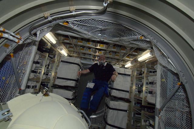 Eerste keer ATV binnen gezweefd. Met masker en bril voor eventueel slechte lucht of gevaarlijke deeltjes. Alles OK.