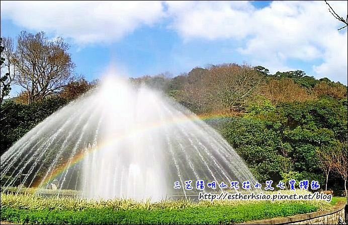 25 噴泉上出現的一道彩虹