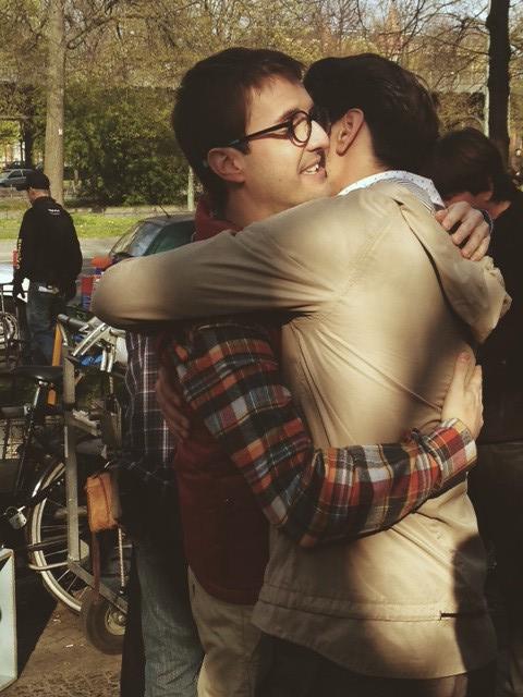 foto del abrazo entre Yon González y Julián Lopez al finalizar el rodaje de Perdiendo el Norte