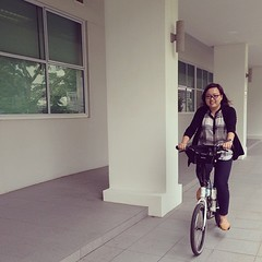 Wendy trying out a #Tern this time to get a feel of how other folding bike brands ride because she's only ever ridden on a #Brompton. #foldingbike #bicycle #bike #cyclist #whyiridesg