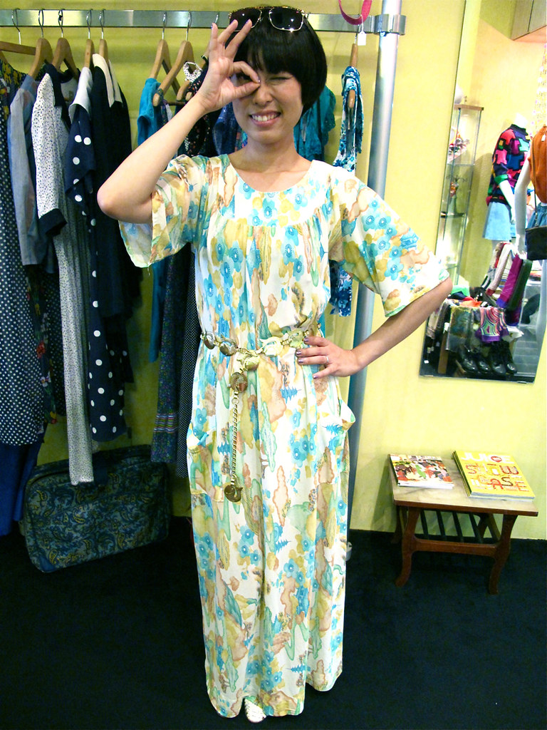 X-Wen wears a super-comfy 1960s maxi printed lounge dress, paired with a 1960s ah-go-go fish link belt. Kawaii-neh!