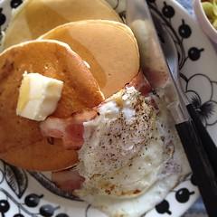 朝ごはんの続きみたいなランチ。森永の甘くないパンケーキにベーコンエッグ、昨晩のカレーの付け合わせに作ったコールスローの残り(味しみてて美味しい。写ってないけど。)