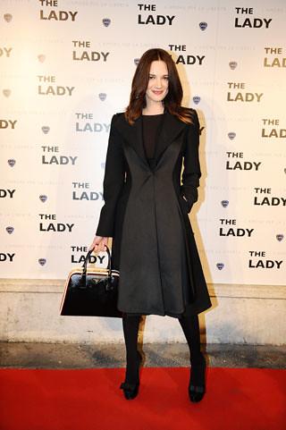 Asia Argento alla prima di The LAdy con la borsa Pyramide Bag di Prada