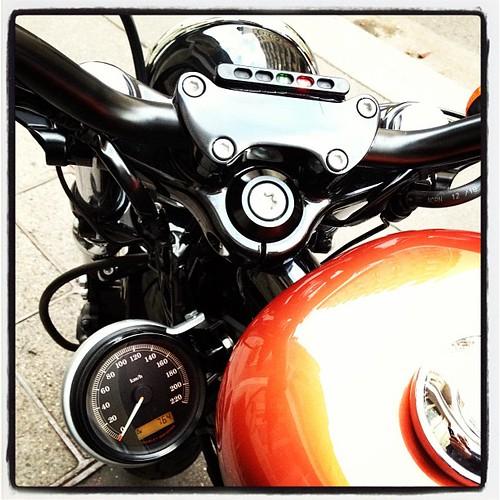 Et hop déport du compteur sur le côté du Harley #HarleyTwittos