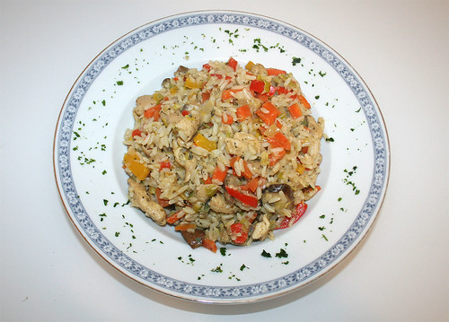 42 - Gemüse-Reispfanne mit Hähnchenbruststreifen / Vegetable rice stew with chicken breast stripes - Serviert