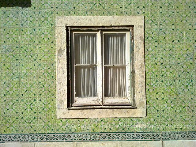 Finestra con azulejos Lisbona Portogallo