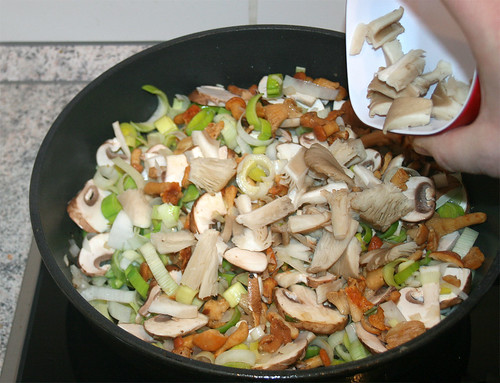 27 - Austernpilze beigeben / Add oyster mushrooms