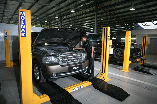 The new Land Rover Flagship Facility's service centre has 15 bays equipped with hoists