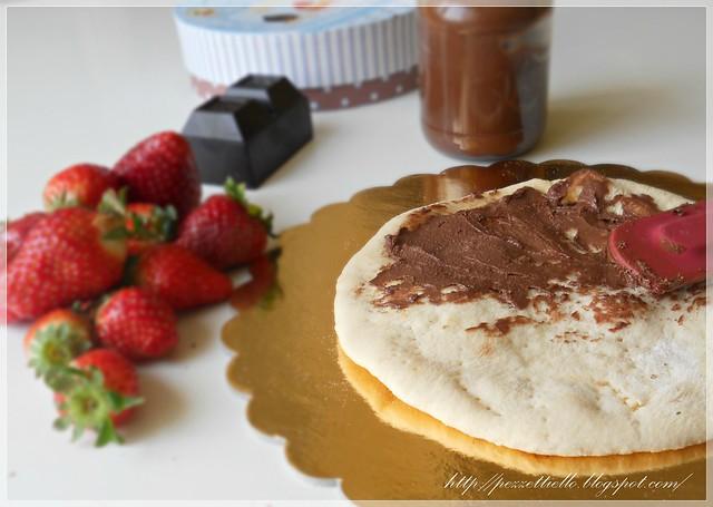 Pizza dolce con fragole e cioccolato