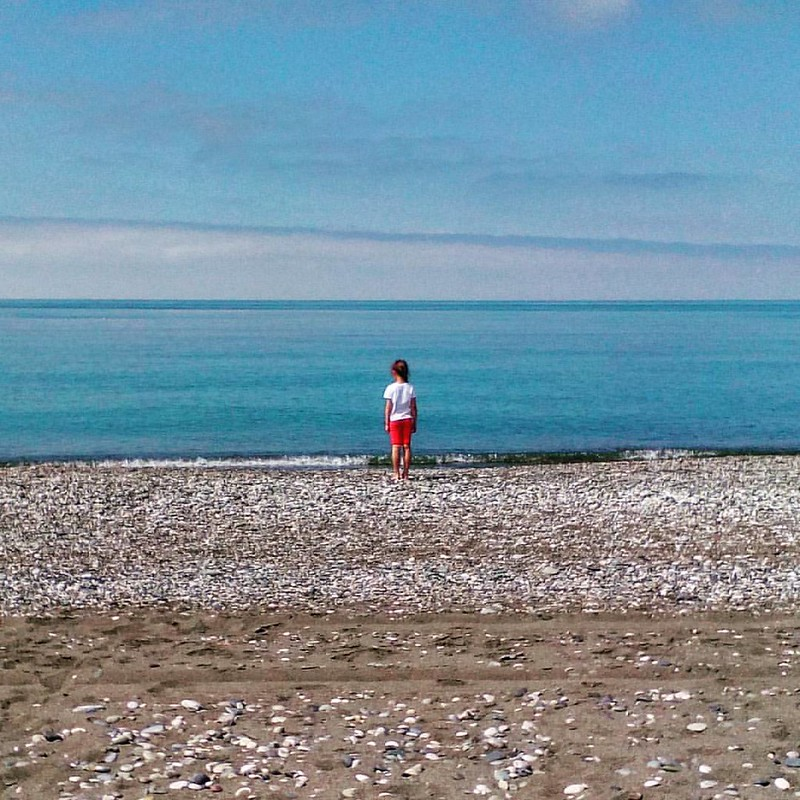Девочка и море  #ДевочкаИзКупчино #море #sea #blacksea #черноеморе #юг #beach