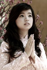 [フリー画像素材] 人物, 女性 - アジア, アオザイ, 祈る ID:201211100800