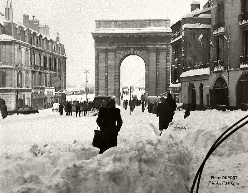porte de Bourgogne et cours Victor Hugo sous la neige à Bordeaux, lors de la vague de froid de février 1956 météopassion