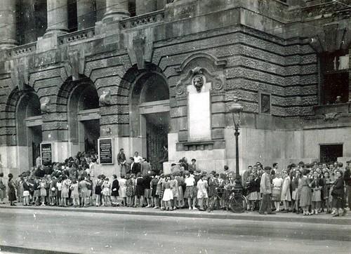 A Rákosi-kiállításra érkező iskolai csoportok az épület előtt, 1952. (Fotó: Magyar Nemzeti Múzeum  Adattára)