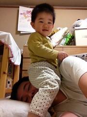 お父さんの顔に座るよ!(2012/4/29)