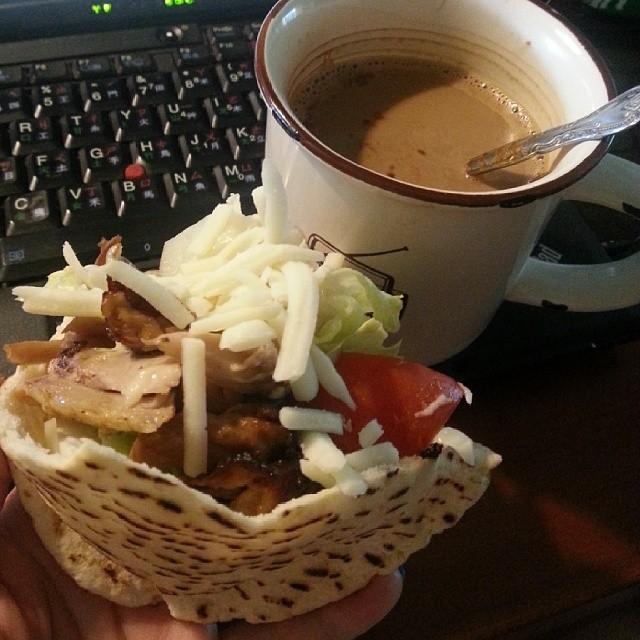 20140327 今日早餐 鮮蔬烤雞Pita餅 (全都是costco買的組合起來的) (下次露營早餐 歐耶)  #葛蘿的餐桌