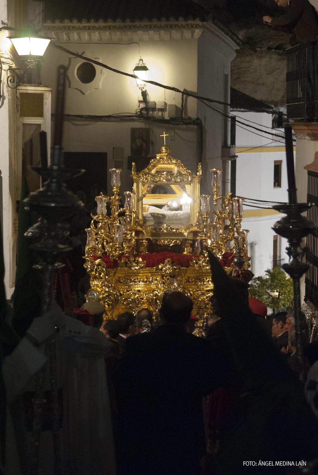 El Santo Entierro, en un momento culminante de la procesión, tras superar la difícil salida de la Villa, en el momento que arranca la empinada subida por la calle Cádiz. Foto: ÁNGEL MEDINA LAÍN.
