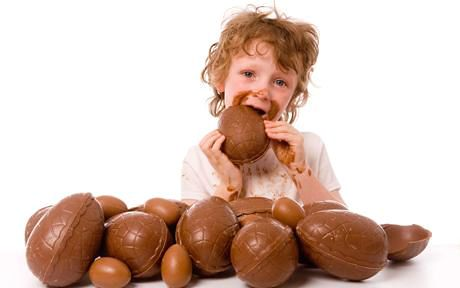 bambini-e-abbuffate-di-uova-di-Pasqua