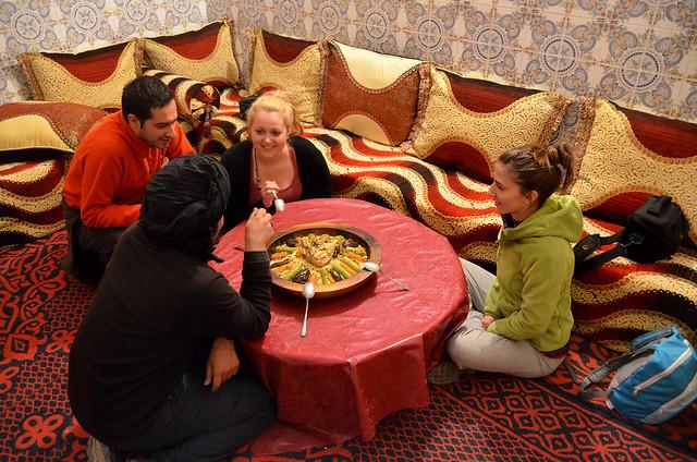Comiendo cuscus en casa de bereberes en Marruecos