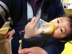 今日の片手哺乳瓶飲みとらちゃん(2012/2/26)
