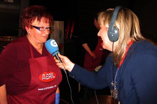 """Fórum gastronómico 2012. Palmira Acuña, gañadora do concurso de pulpeiras, entrevistada por Berta Castro (radio Galega, """"Come e fala"""")"""