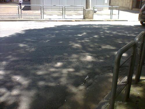 Grades para impedir os pedestres de se movimentarem pela antiga faixa - Rua São Carlos do Pinhal