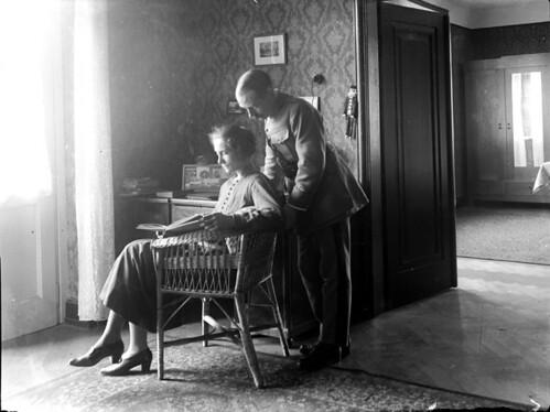 Femme et son mari lisant dans leur salon, Allemagne by Bibliothèque de Toulouse