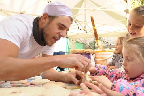 2012年倫敦南岸的真麵包節 (Real Bread Festival),小朋友開心學做麵包。圖片來源:Real Bread Campaign