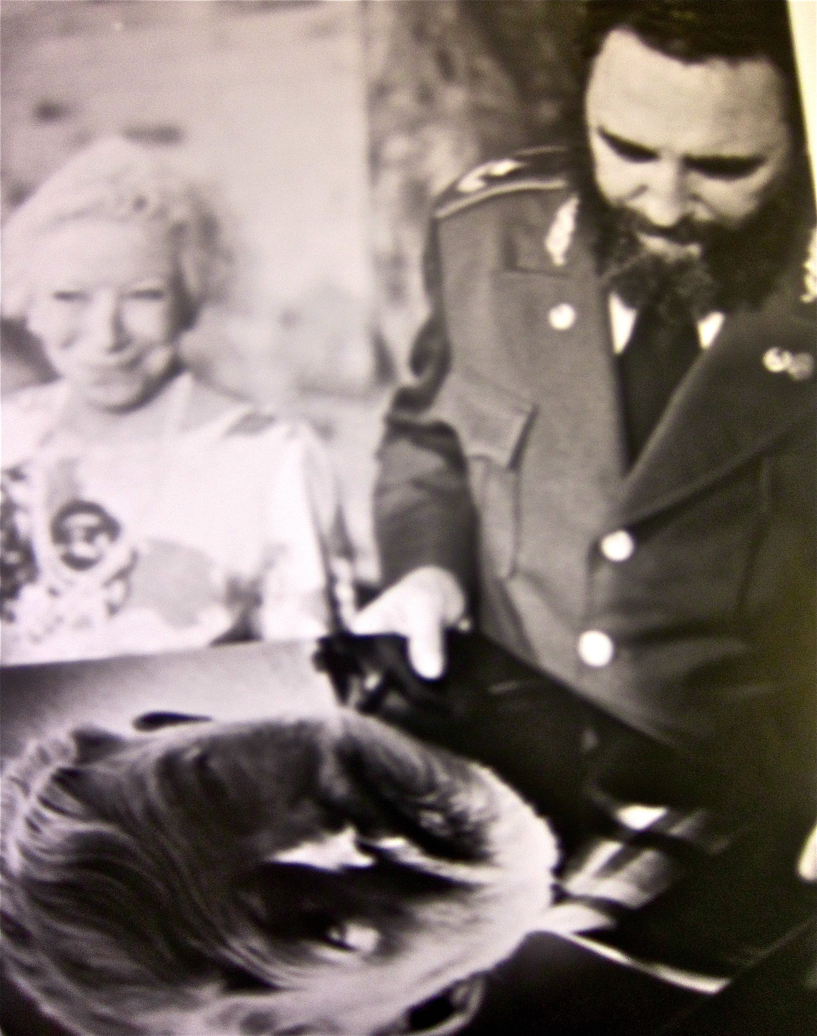 fidel looks at Hemingway photo