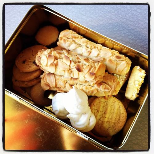 Packar kakburk med blandade kakor