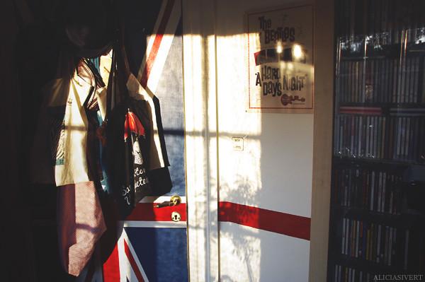 aliciasivert, alicia sivertsson, room, interior, detail, details, uk, england, brittish, united kingdom, u.k., great britain, union jack, flag, the beatles, beatles, stripe, wall painting, door, cd collection, kvällssol, rum, hem, flagga, storbritannien, målning, målad dörr, väggmålning, rand, rött