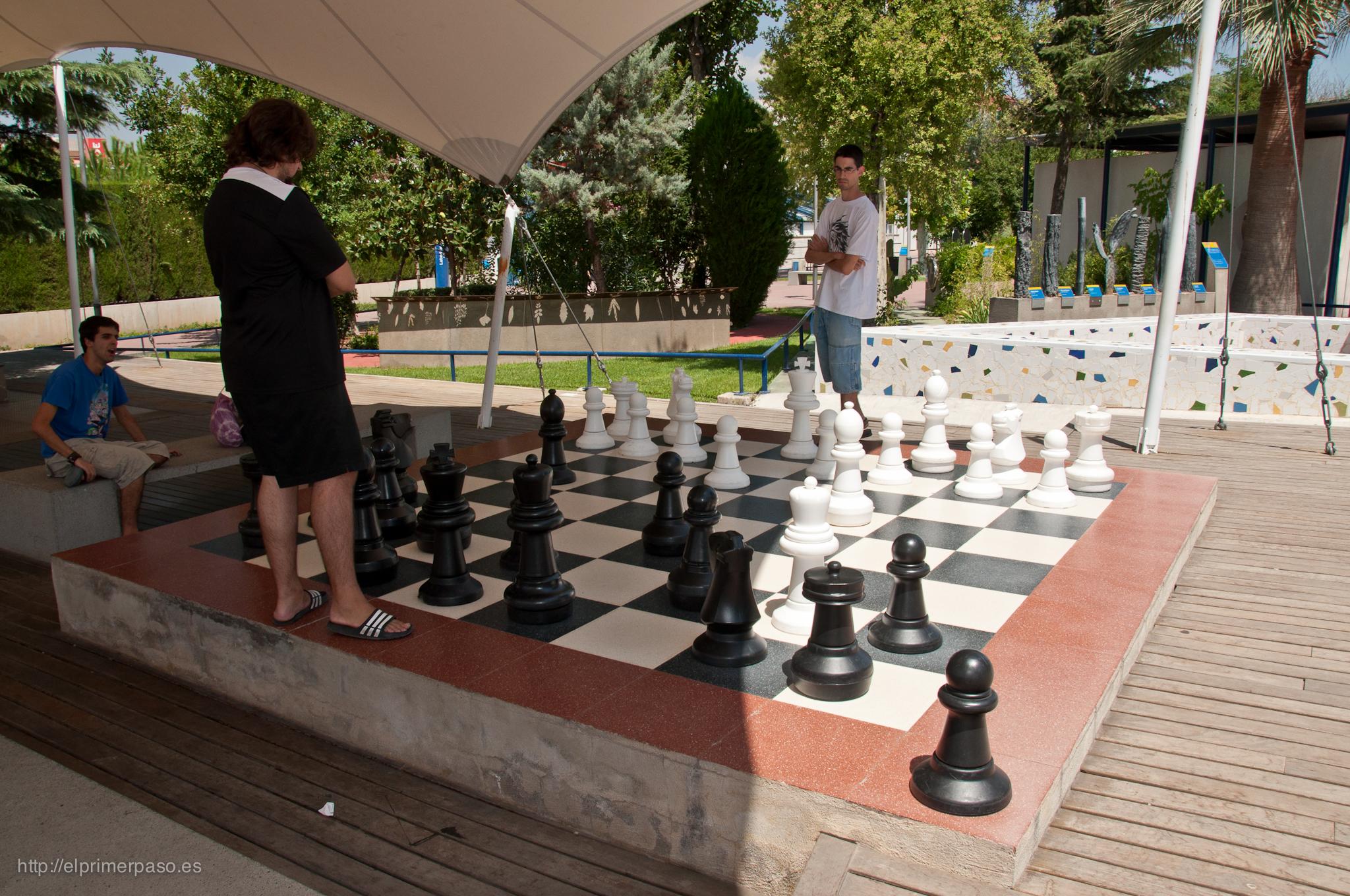 Parque de las ciencias de granada publicadas bajo una for Ajedrez gigante jardin